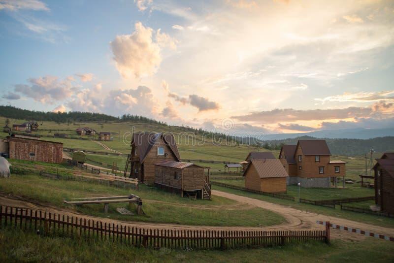 Blisko zmierzchu widoku przy wioską na Jeziornym Baikal zdjęcie stock