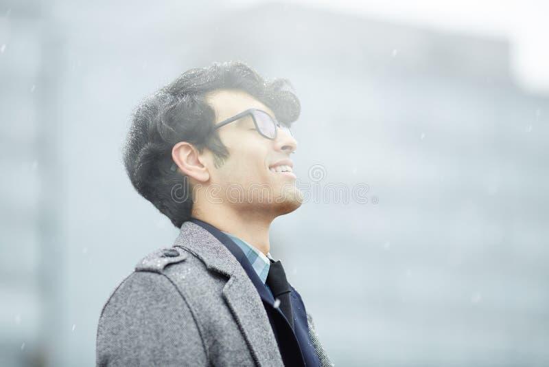 bliskowschodni mężczyzna Cieszy się śnieg obraz stock
