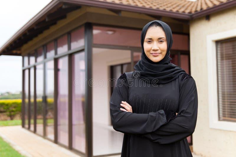 Bliskowschodnia kobiety pozycja zdjęcie stock