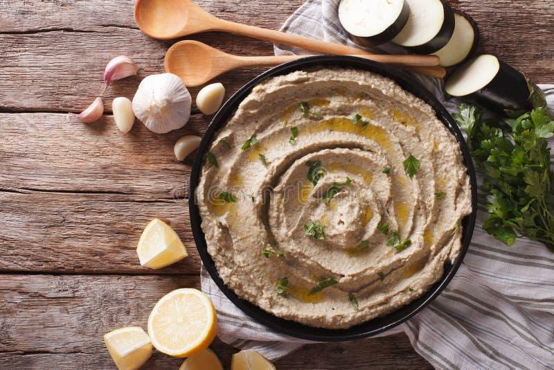 Bliskowschodnia kuchnia: baby ghanoush zbliżenie w talerzu horizo fotografia stock