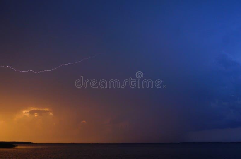 Blitz über einem Svitiaz See nahe Shatsk lizenzfreie stockfotos