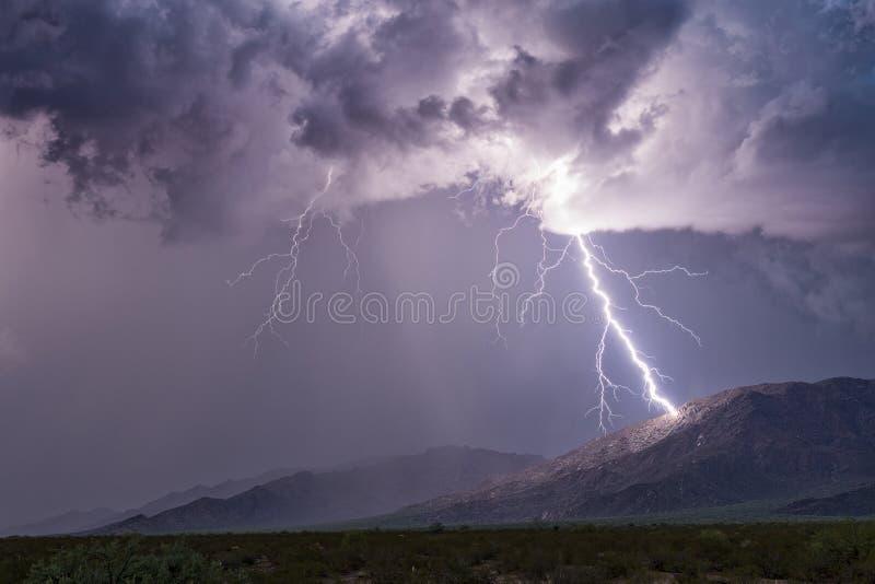 Blitz, der einen Berg schlägt lizenzfreies stockfoto
