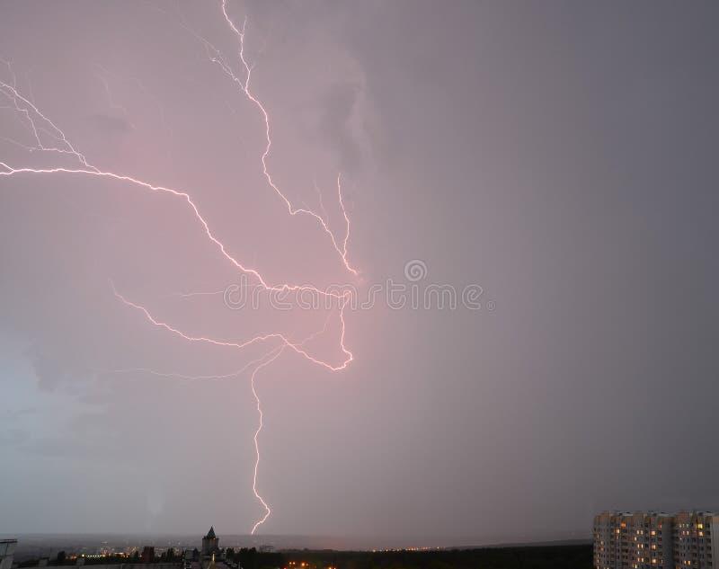 Blitz in der Nachtstadt lizenzfreies stockfoto