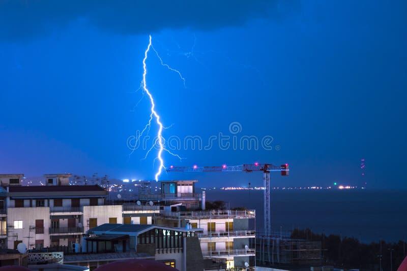 Blitz hinter dem Küstenhorizontstadtbild und -blitz lizenzfreie stockfotos