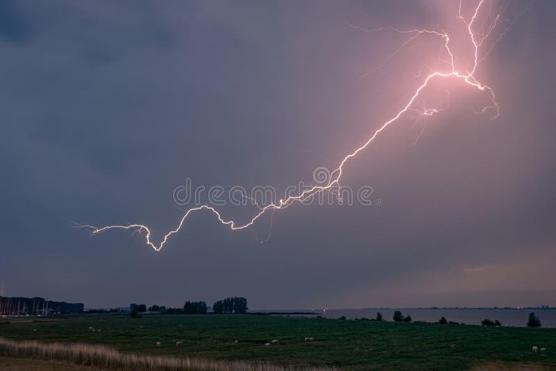 Blitz im Himmel über Zeeland, die Niederlande stockfoto