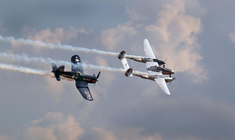 Blitz Lockheeds P38 und Seeräuber Vought F4U lizenzfreies stockbild