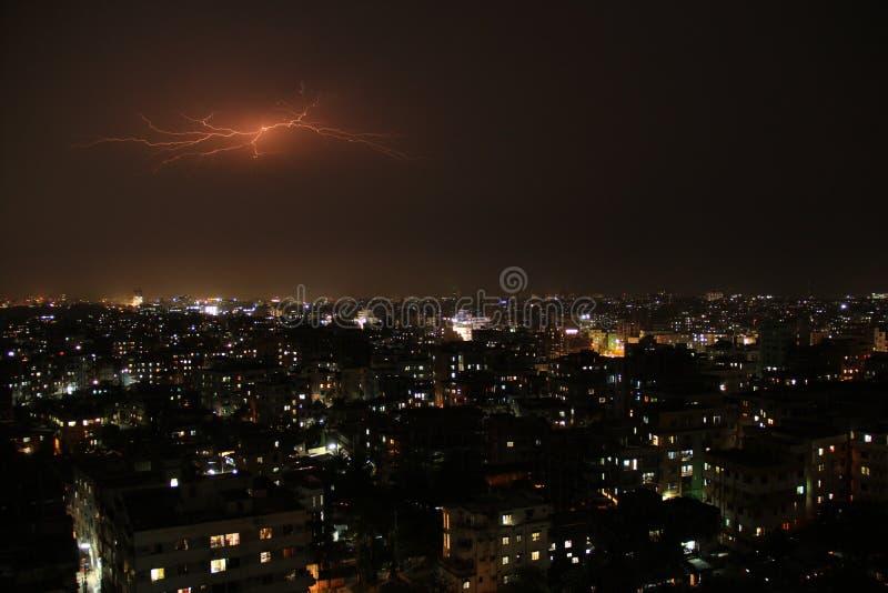 Blitz am nächtlichen Himmel stockfotografie