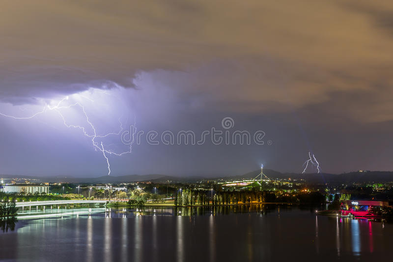 Blitz am Parlamentsgebäude Canberra stockfoto