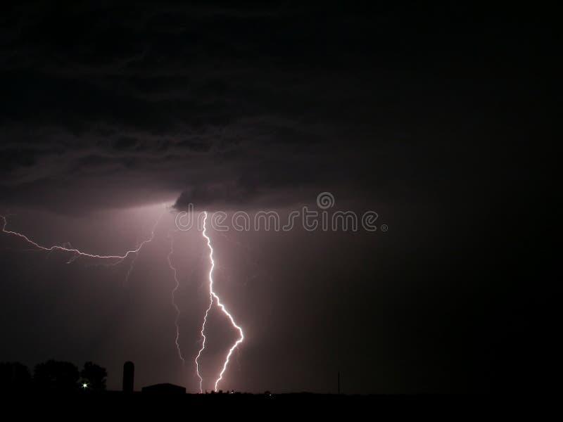 Blitz-Schrauben-Bauernhofgewitter lizenzfreie stockfotografie