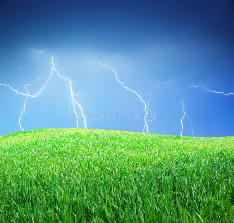 Blitz und grüne Wiese stockbild
