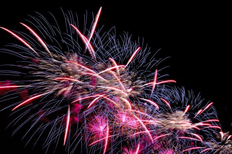Blitz von bunten Feuerwerken des festlichen Grußes gegen das schwarze nig stockfotos