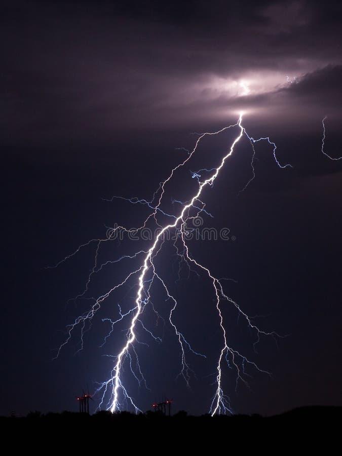 Blitzbolzen über einem Windpark stockbilder