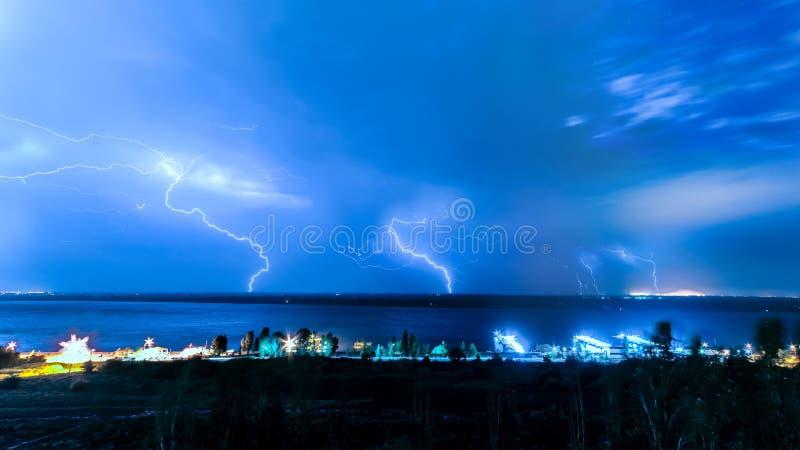 Blitze am Nachthimmel auf der Wolga stockfotografie
