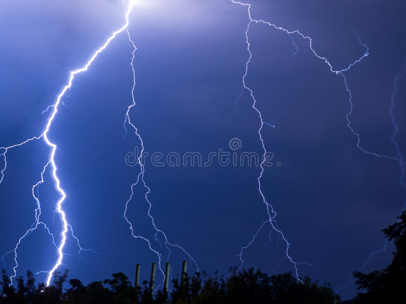 Blitze und Donner lizenzfreie stockfotos