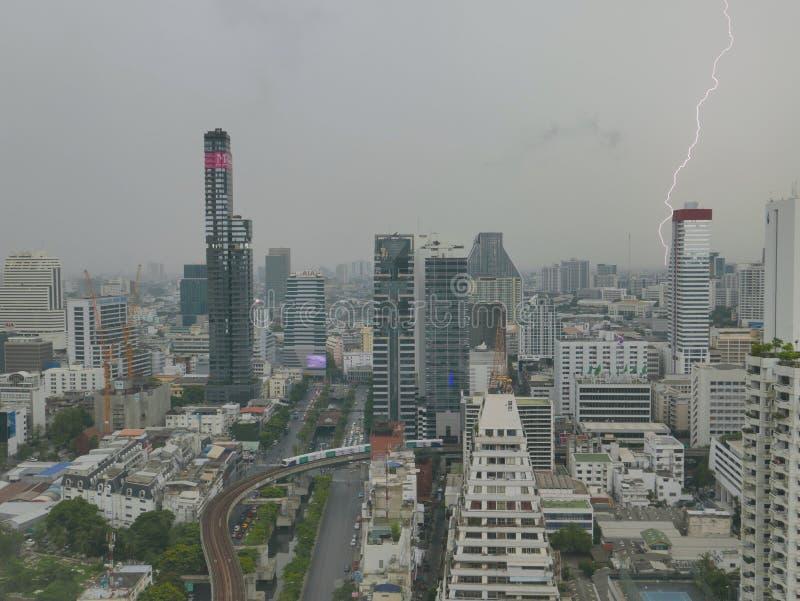 Blitzphänomen im im Stadtzentrum gelegenen Geschäftsbereich Bangkoks stockfotografie