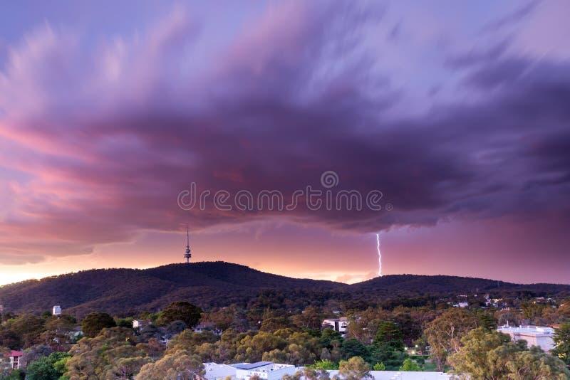 Blitzschläge nahe Telstra-Turm lizenzfreie stockfotos