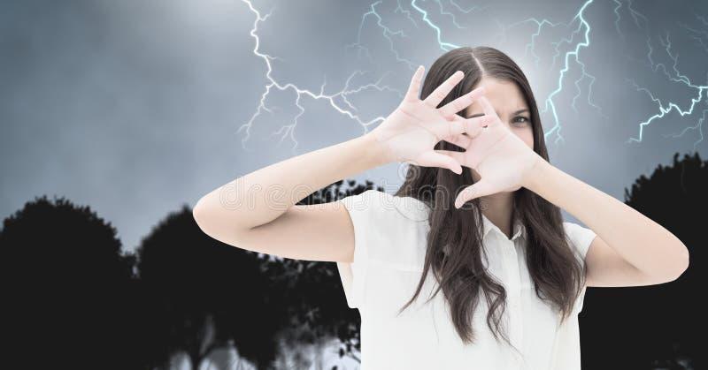 Blitzschläge und erschrockene ängstlichfrau lizenzfreies stockfoto