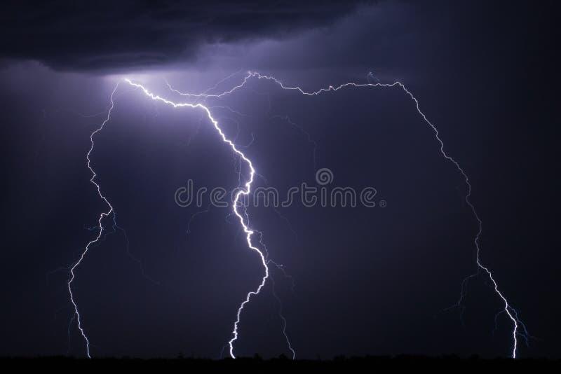 Blitzschraube nachts lizenzfreie stockbilder