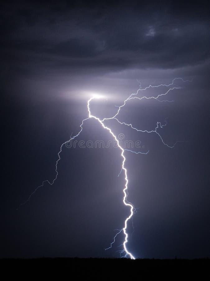 Blitzschraube nachts lizenzfreies stockfoto