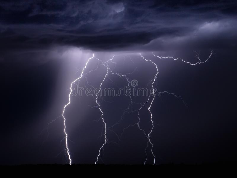 Blitzschraube nachts lizenzfreie stockfotografie
