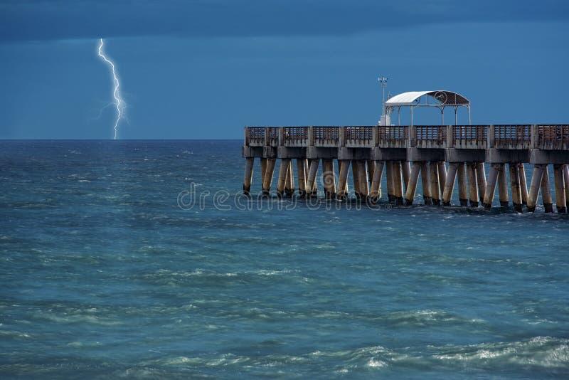 blixt över vatten royaltyfria foton