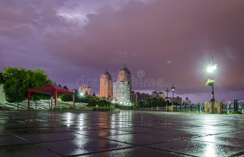 Blixt och åskväder i staden fotografering för bildbyråer
