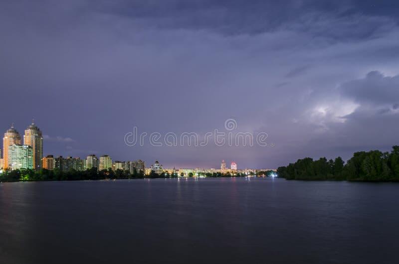 Blixt och åskväder i staden arkivbild