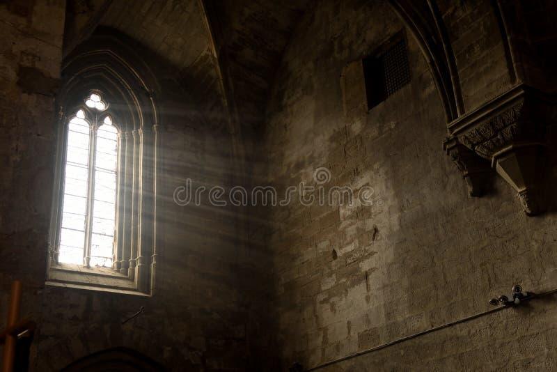 Blixt som skriver in till och med fönstret av kloster av Val royaltyfria foton