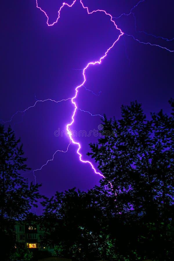 Blixt under en åskväder i natten royaltyfri fotografi