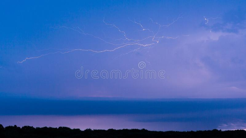 Blixtslag i en blå himmel arkivfoton