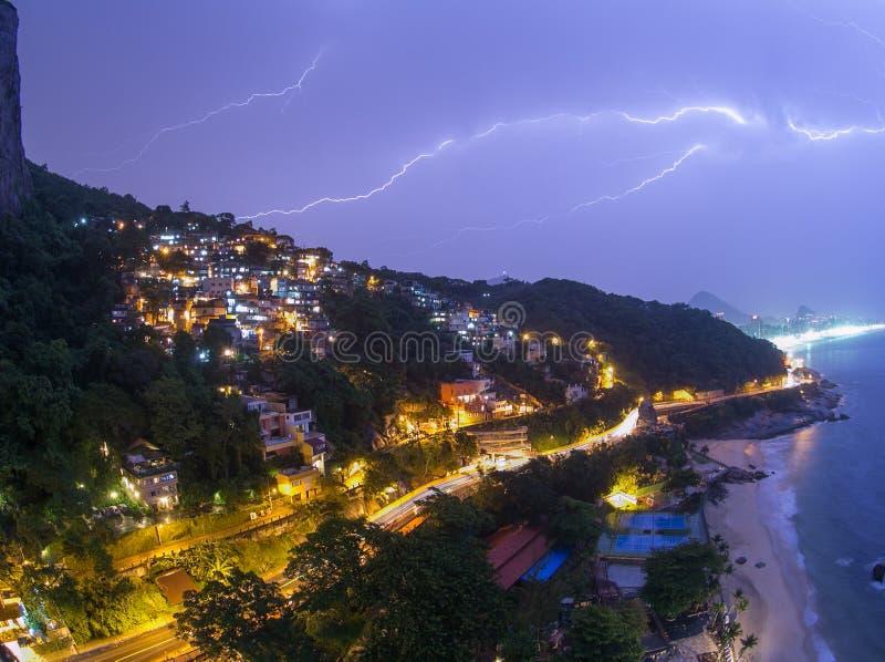 Blixtslag i natthimmel över Rio de Janeiro arkivfoto