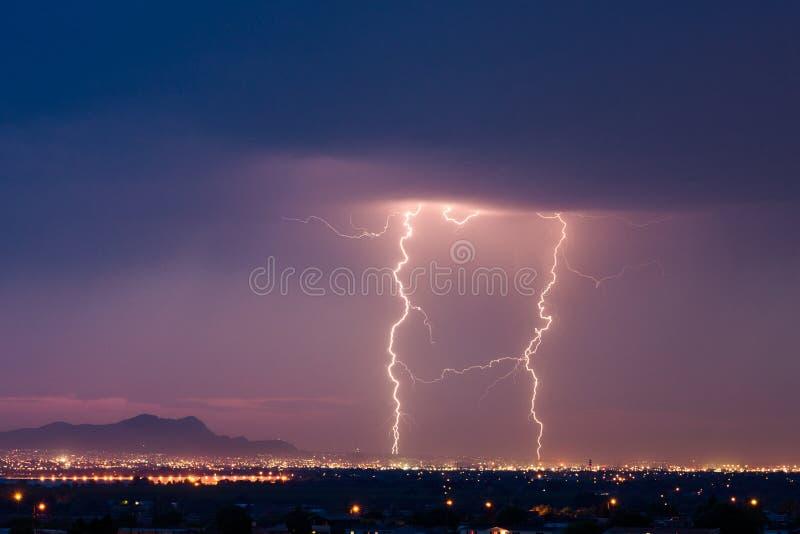 Blixtstorm över El Paso, Texas arkivbilder