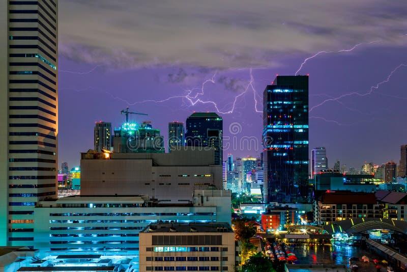 Blixtstorm och åska över stad arkivbilder