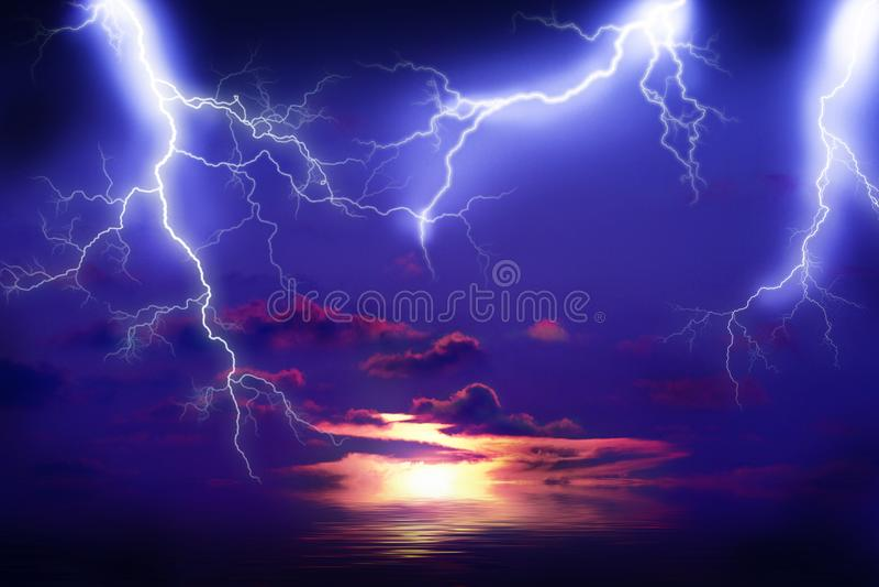 Blixtstorm på havet royaltyfria bilder