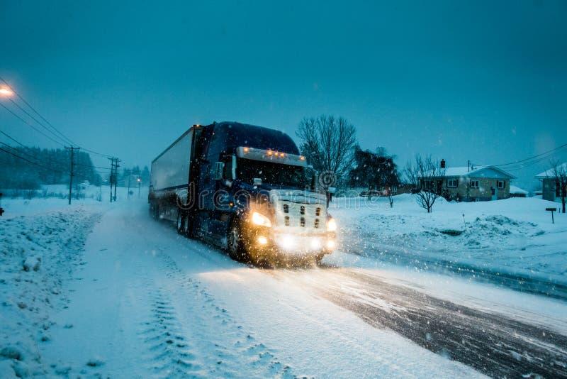 Blizzard na estrada durante uma noite fria do inverno em Canadá foto de stock
