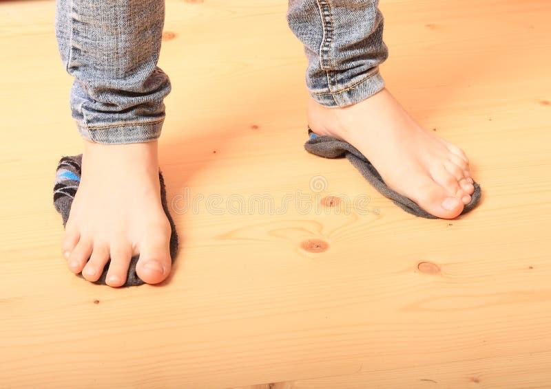 Bloße Füße auf Socken lizenzfreie stockbilder