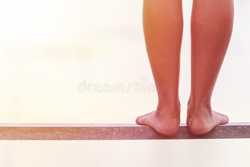 Bloße Füße, die auf Holzbrücke stehen Zwei Jugendlichmädchen draußen stockbild