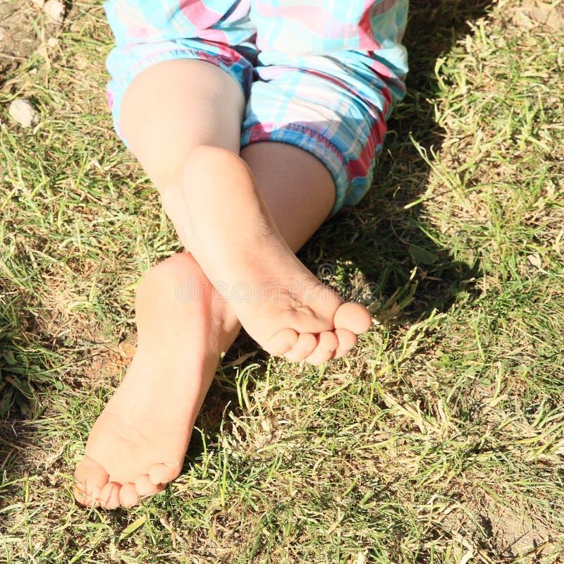 Bloße Füße eines kleinen Mädchens stockfotos