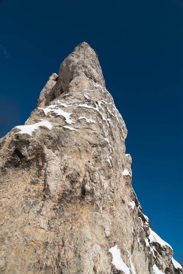 Bloße Klippe gegen drastische blaue Himmel lizenzfreie stockfotos