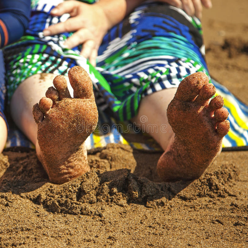 Bloße sandige Füße am Strand. lizenzfreies stockbild