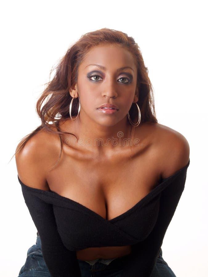 Bloße Schulter des jungen Blickes der schwarzen Frau ernsten lizenzfreie stockfotos