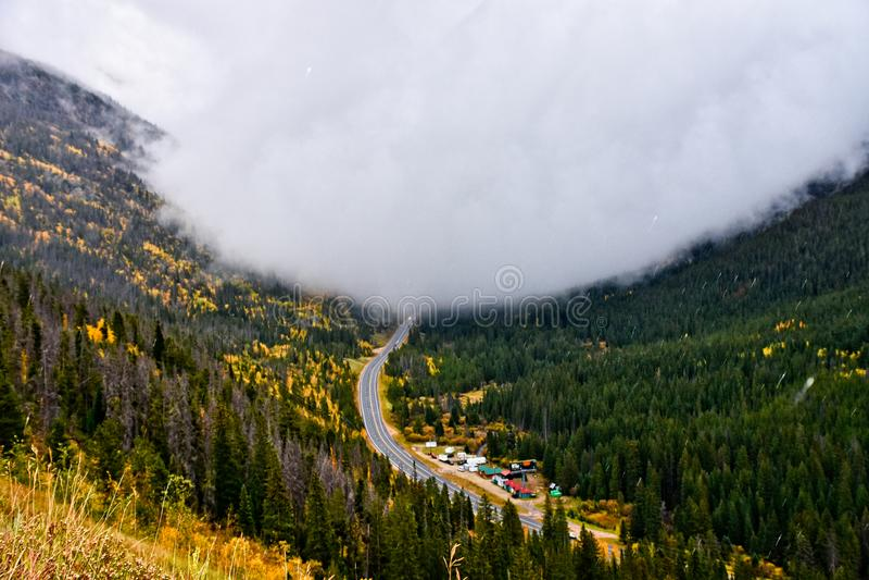 Download Blobby雾 库存照片. 图片 包括有 户外, 科罗拉多, 降低, 朦胧, 结构树, 位于, 黄色, 墙壁 - 103629786