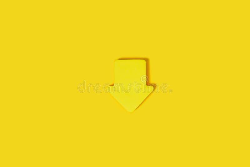 Bloc collant de note sur une surface jaune image stock
