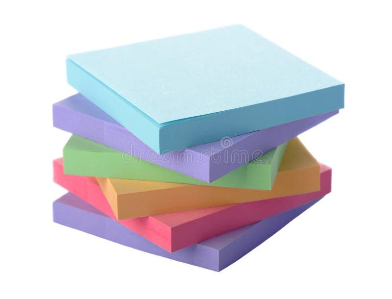 Bloc coloré par pile de notes de post-it images libres de droits