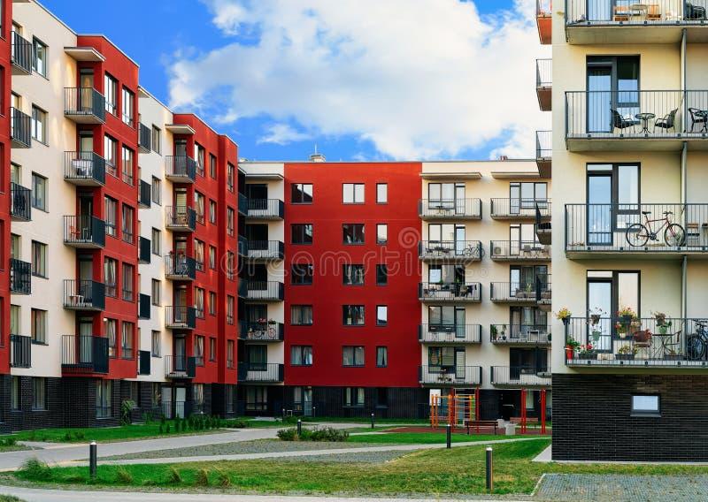 Bloc complexe résidentiel moderne de maison de rapport et installation extérieure photographie stock libre de droits