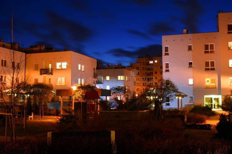 Bloc d'appartements en soirée images libres de droits