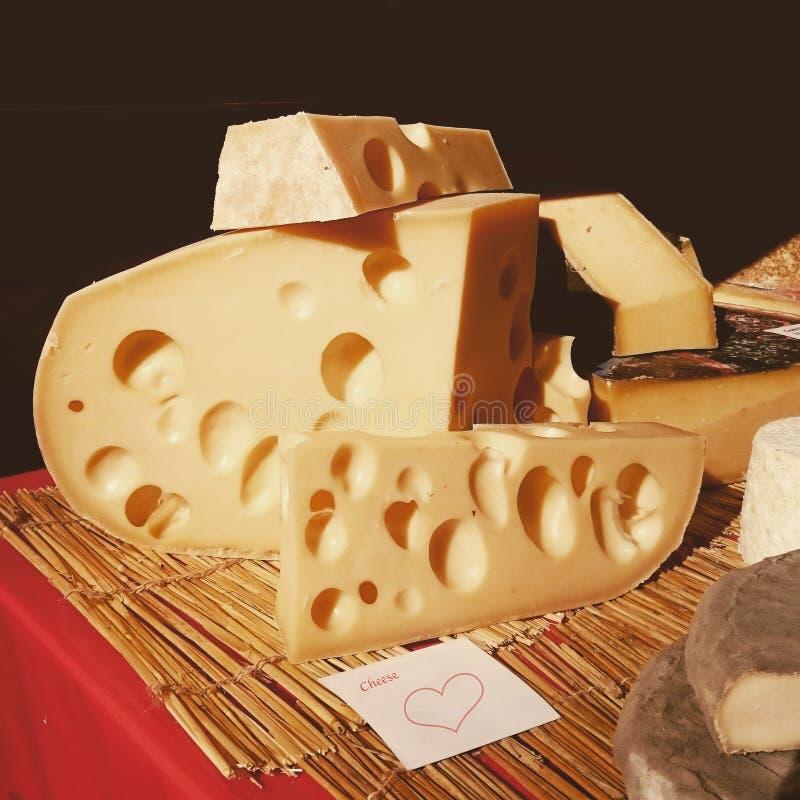 Bloc de fromage avec une note images stock