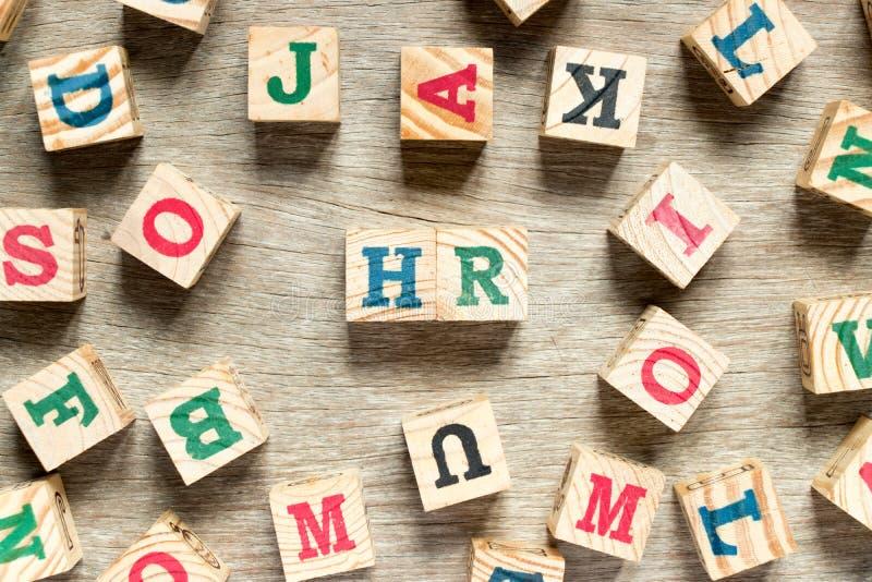 Bloc de lettre dans le mot heure et x28 ; Abr?viation du resource& humain x29 ; avec l'un autre sur le fond en bois photo stock