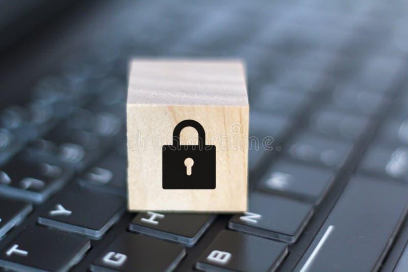 Bloc en bois avec l'icône de serrure sur le clavier d'ordinateur Concept de degr? de s?curit? d'ordinateur photos libres de droits