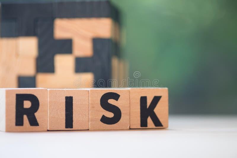 Bloc en bois de cube avec l'alphabet établissant le mot RISQUE images stock